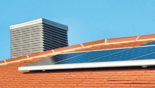 Placa solar instalada en tejado de vivienda.