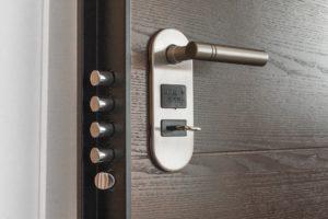Cómo cambiar un bombín de una cerradura