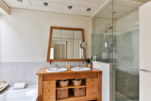 Beneficios de cambiar la cortina de ducha o bañera por una mampara