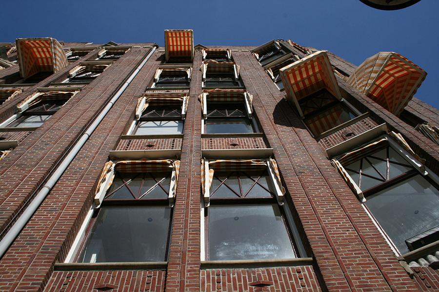 Vista de la fachada de un edificio con toldos