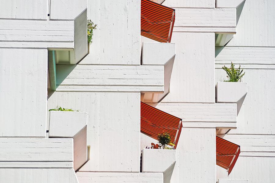 Vista de un edificio con toldos en terrazas